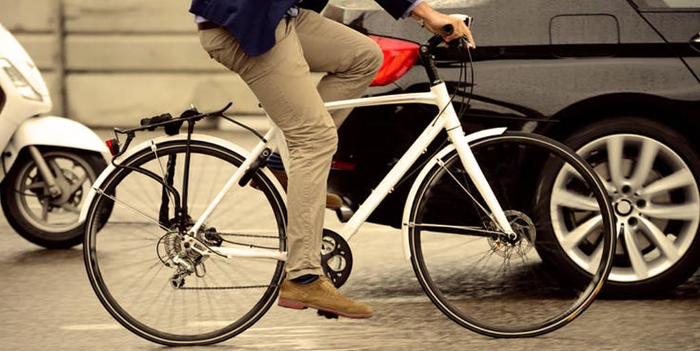 homme faisant du vélo en ville.