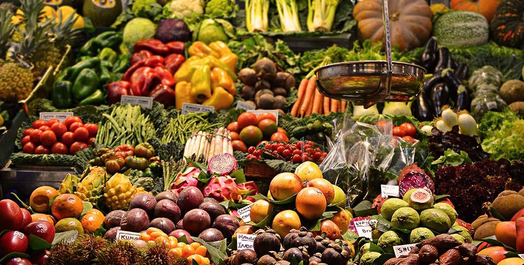 Un étal de fruits et légumes
