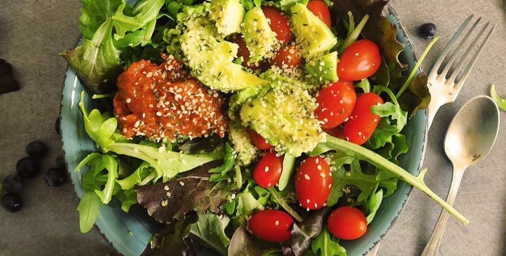une assiette de fruits et légumes bio