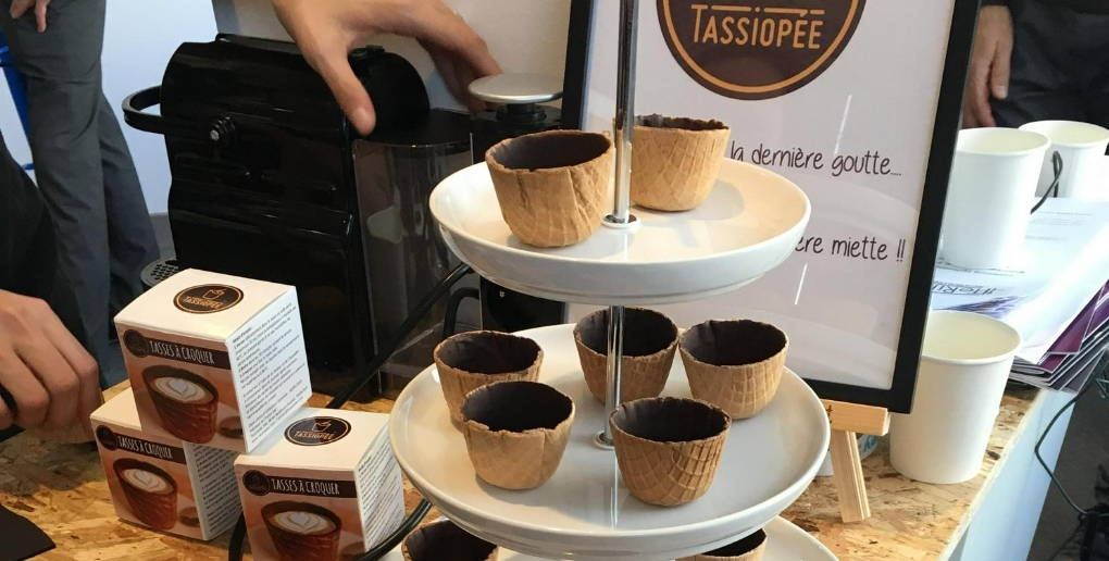 présentoir de tasses en biscuit par la start-up tassiopée
