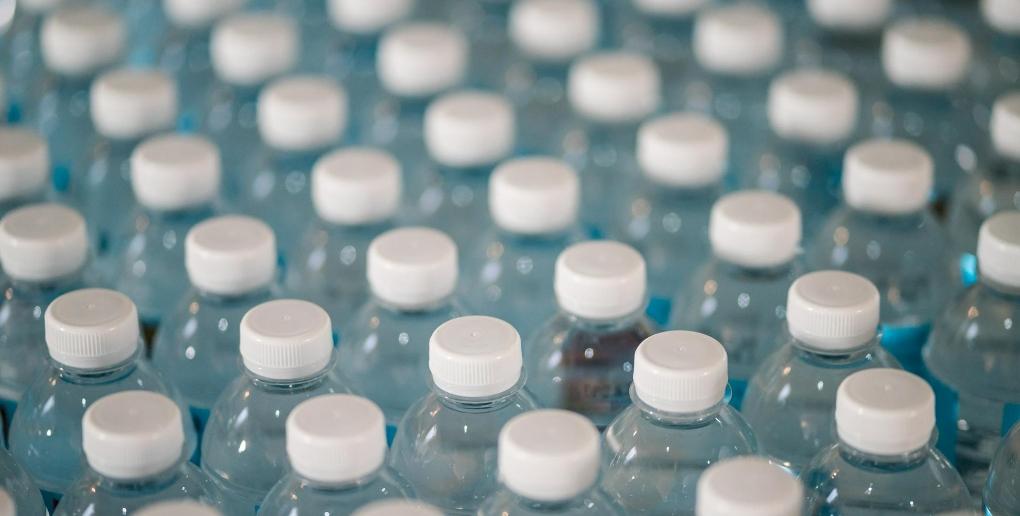 des bouteilles en plastique
