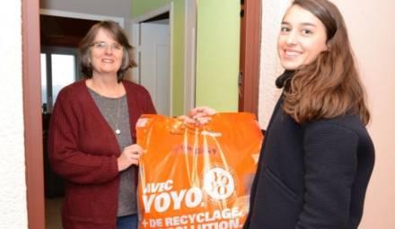 deux femmes tenant un sac de recyclage appartenant à la firme Yoyo