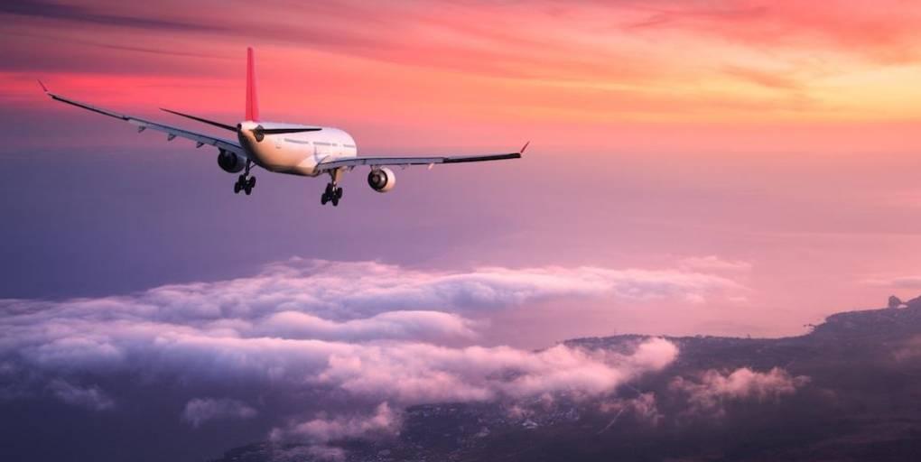 avion ciel rose