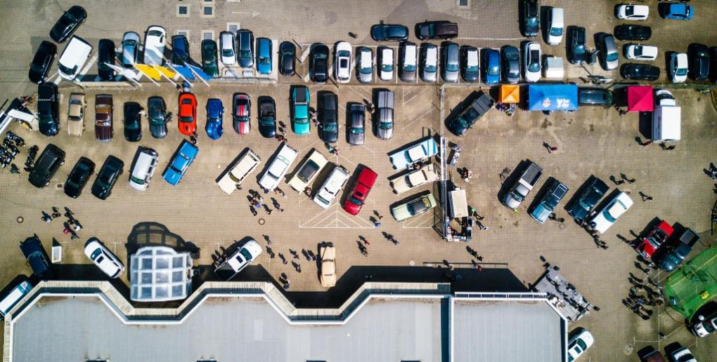 un parking avec des automobiles