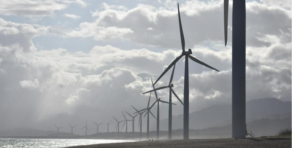 des éoliennes près d'une plage