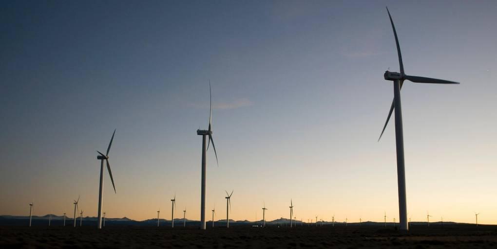 3 éoliennes au lever du soleil