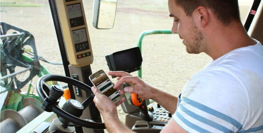 un agriculteur utilise l'application perfarmer