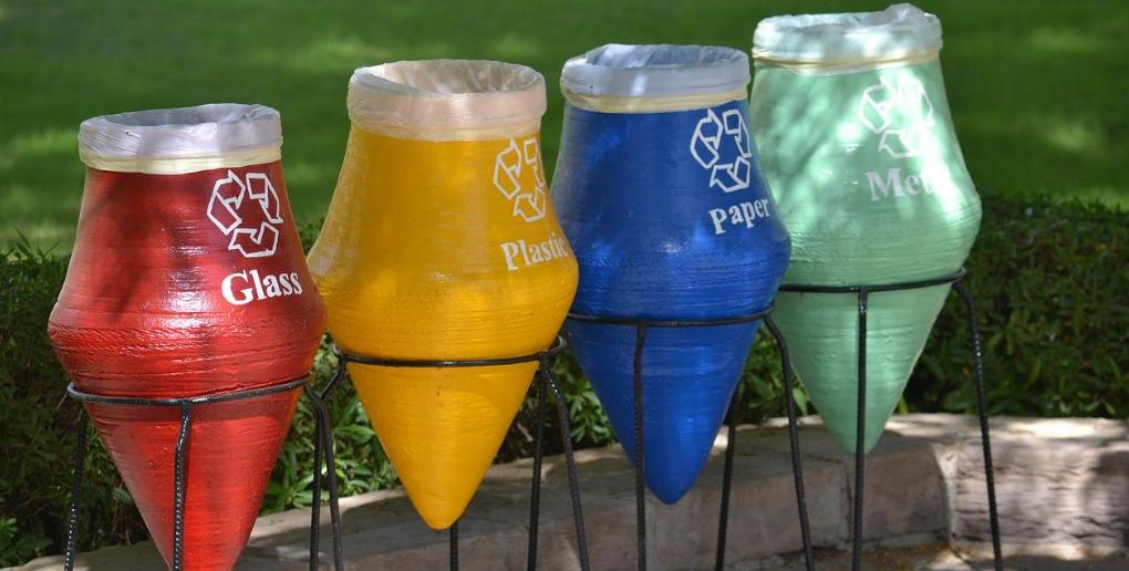 upcycling amphore pour des poubelles de recyclage tendance