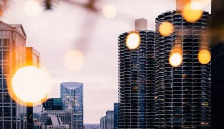un bâtiment illuminé