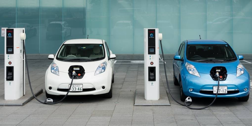 des voitures électriques en train de recharger leurs batteries