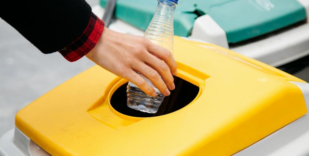main bouteille plastique poubelle jaune