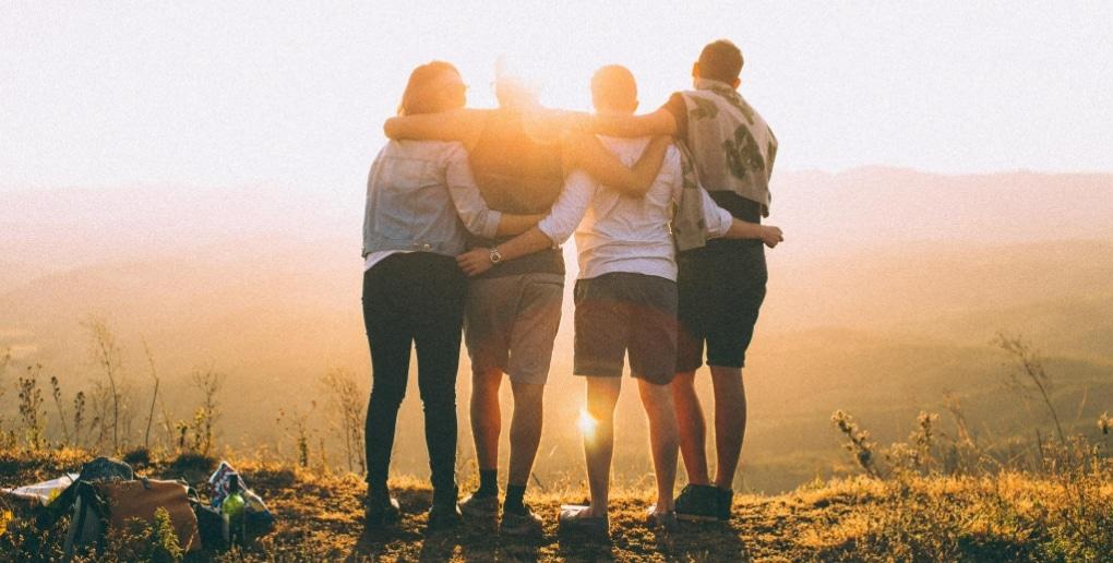 jeunes gens face au soleil