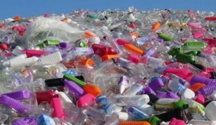 montagne de plastique non recyclés