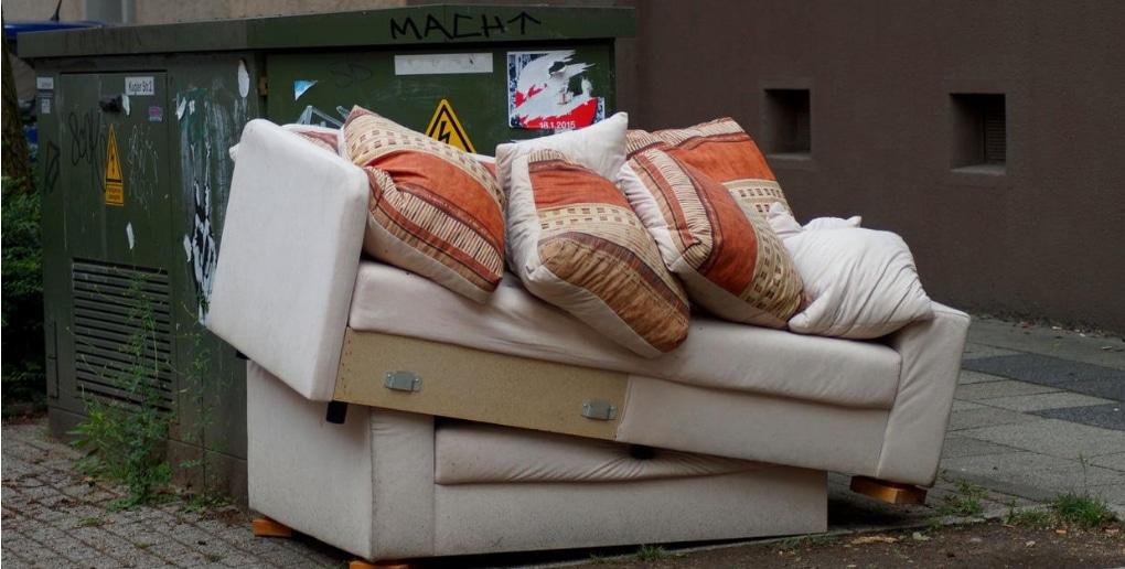 un canapé dans une rue