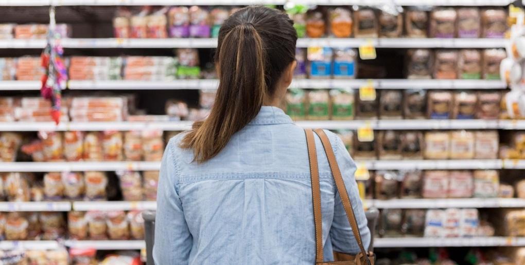 femme rayon supermarché