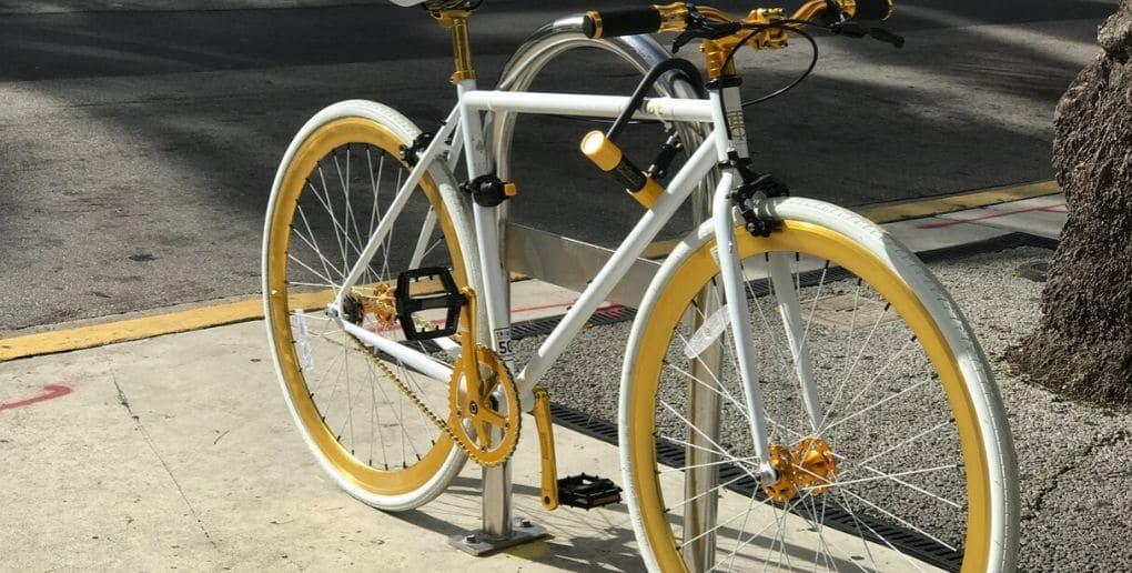 un vélo attaché