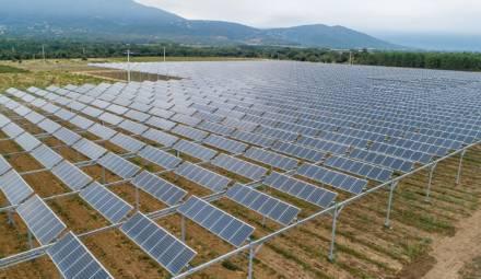 des panneaux solaires dans un champ
