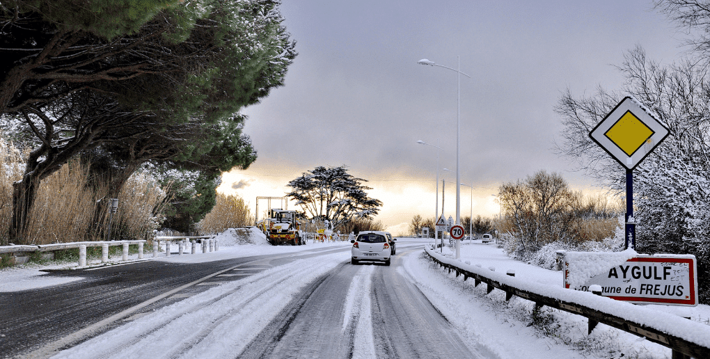 voiture sur une route enneigée