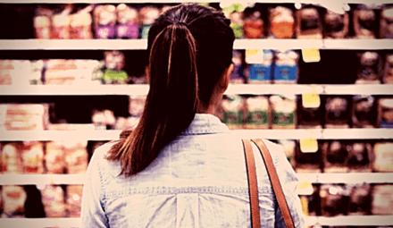 femme dans magasin alimentaire