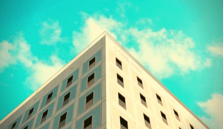 bâtiment ciel bleu