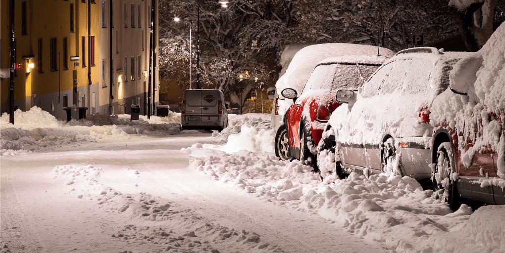 voitures garées neige