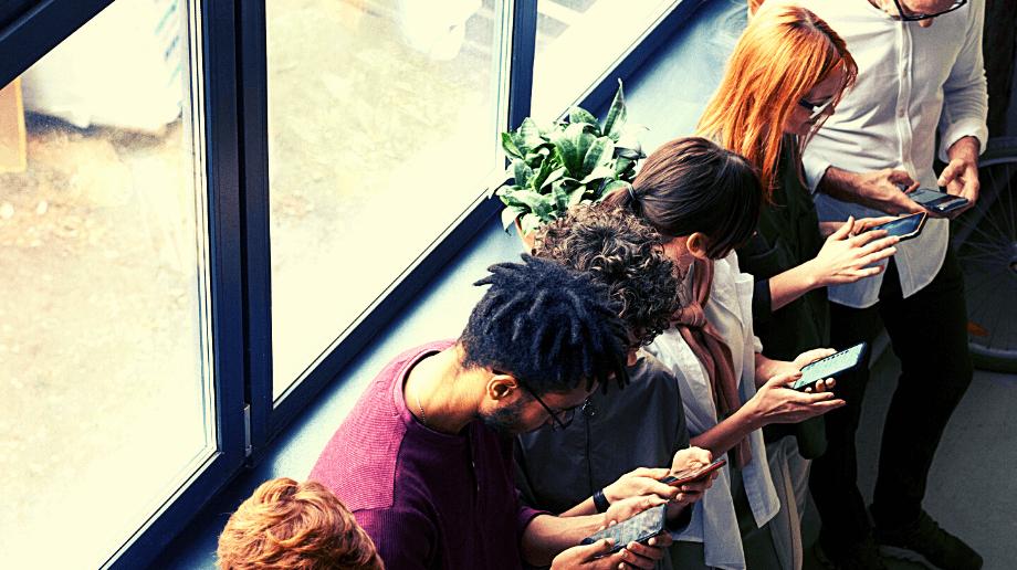 5 personnes sur leurs téléphones