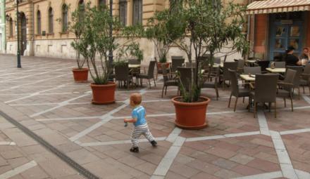 enfant sur trottoir