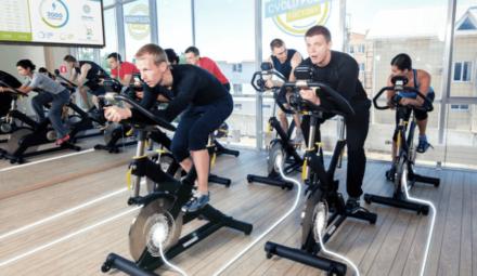 des cyclistes dans une salle de fitness