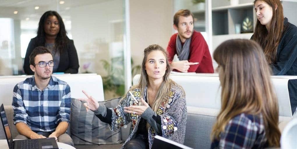 groupe de travail avec une femme qui parle au milieu