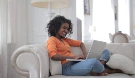 femme sur un canapé avce un ordinateur