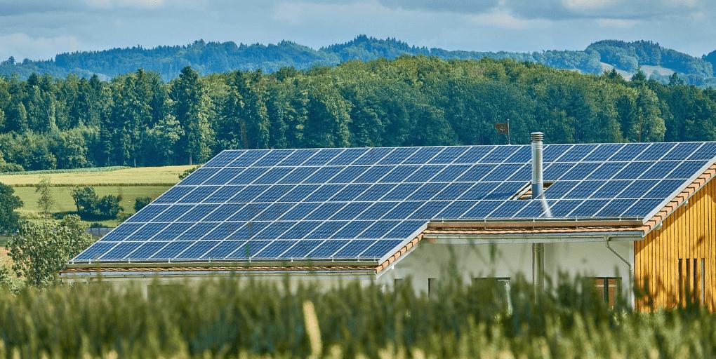 maison avec toiture en panneaux solaires photovoltaïques