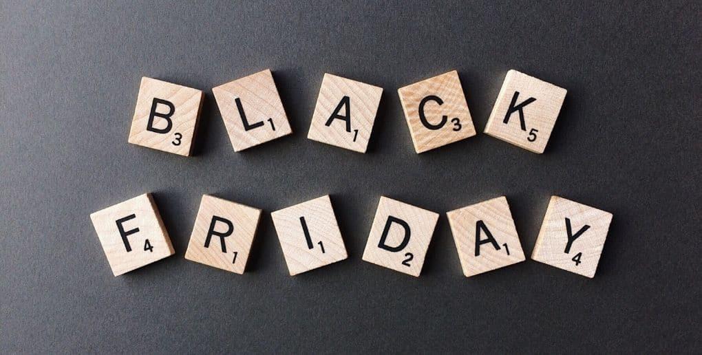 Lettres de Scrabble affichant Black Friday