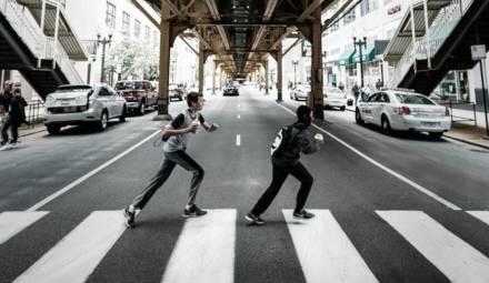 Des piétons traversant une route