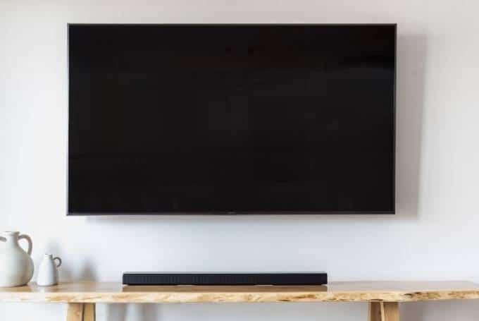 Un écran plat accroché au mur
