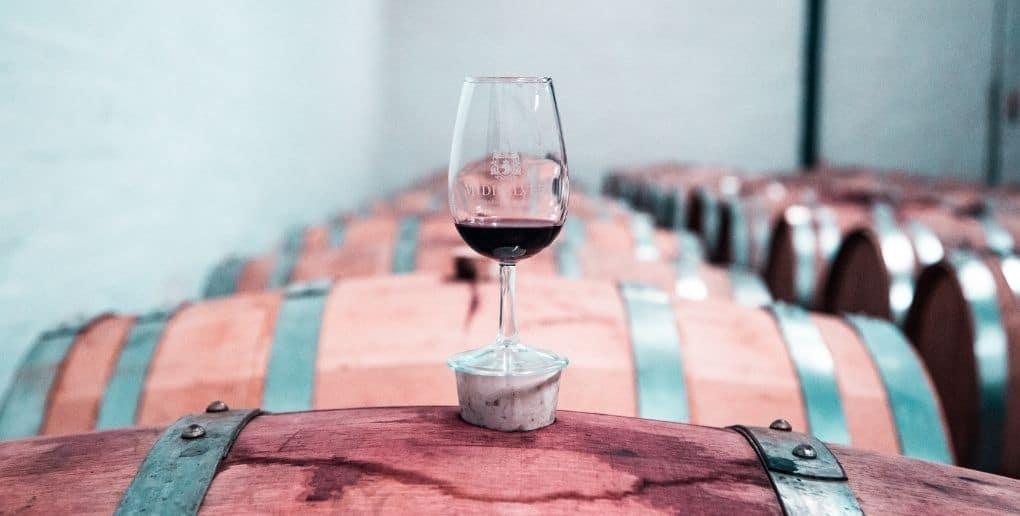 Verre de vin sur un tonneau dans un cave