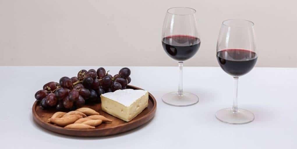 Verres de vin, fromage et raisins